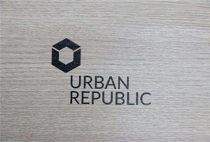 طباعة الشعار على المواد الخشبية من قبل WER-D4880UV